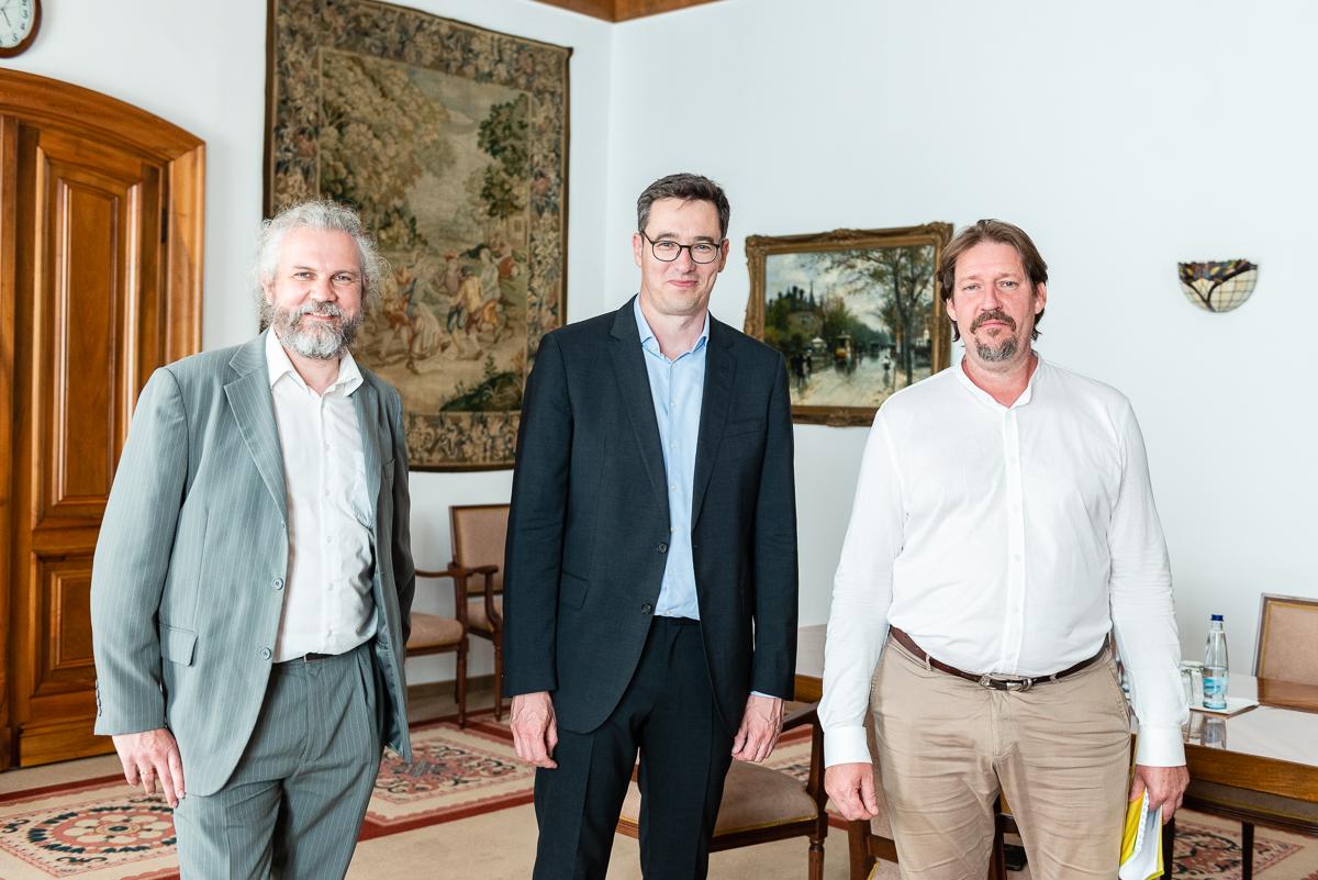 Martin Litschauer, Gergely Karácsony und Thomas Waitz beim Besuch im Budapester Rathaus. ©Podesser